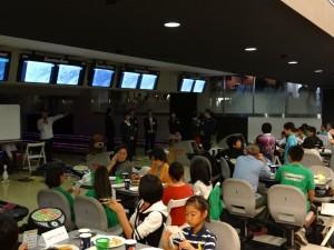大会後のパーティー風景 アプローチ上では、各センターから引率で来られたプロの皆様が抽選会の準備をしています。