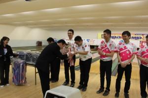 表彰式② 優勝褒賞の50万円分のボウラーズチケットです! 厚みが違います。